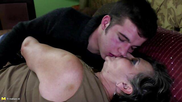撮影でベッドとともに彼女の新しい愚か 女性 専用 エロ 動画